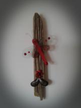 Rød sværmer i glas på drivtømmer